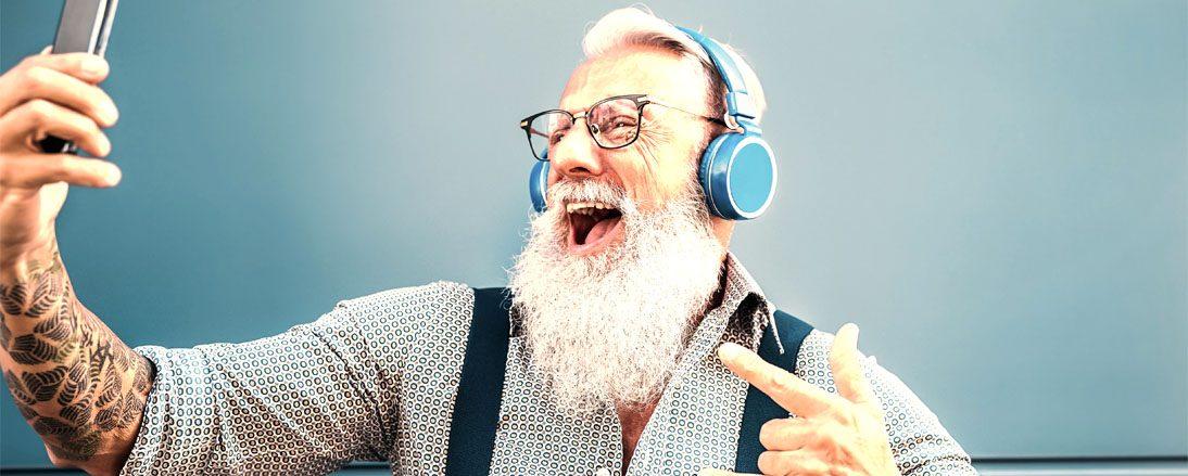 Alter mann mit Handy