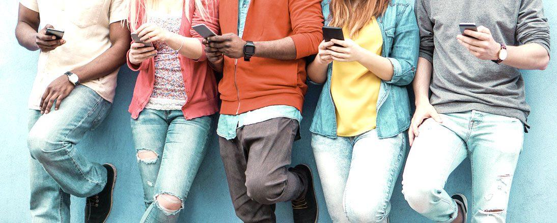 Menschen stehen mit Handy